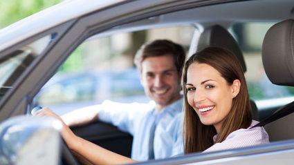 Mujer y hombre en coche